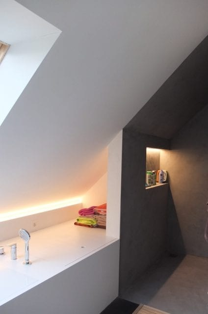 badkamer bad en douche onder schuin dak